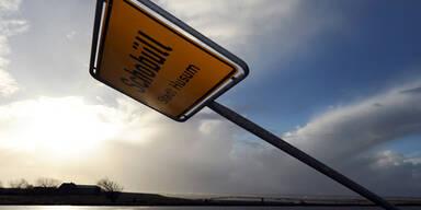 Das Ortsschild von Schobüll (Deutschland) hielt dem Wind nicht stand
