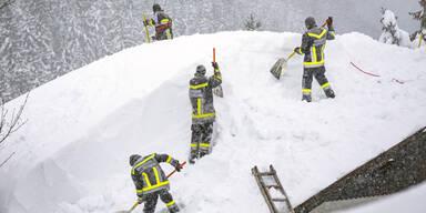 Schneemassen REkordschnee Lawinengefahr Helfer Winterwetter Rekordwinter