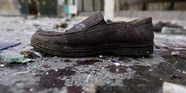 Ein Schuh zwischen Scherben und Schutt in einer von Selbstmordattentätern zerstörten Moschee in Sanaa, Jemen.