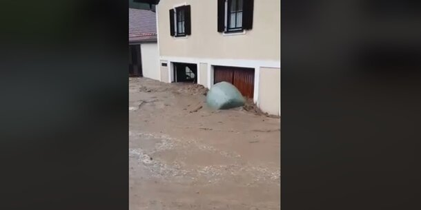 Schock-Video: Flut reißt 400-Kilo-Silo-Ballen mit
