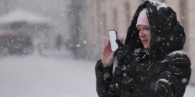 smartphone im winter bei schnee.jpg
