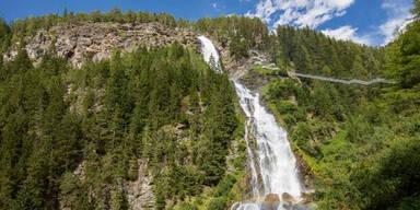 62-Jährige von Wasserfall mitgerissen - tot