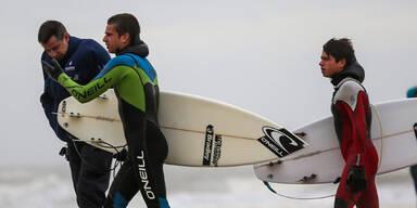 Surfen ist heute keine gute Idee, erklärt dieser belgische Polizist