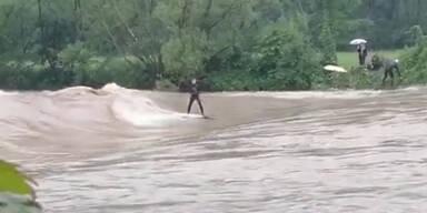 Irrer surft bei Hochwasser in der Ybbs