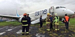 Starkregen: Passagier-Jet rutscht von Landebahn