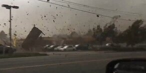 Autolenker fährt durch 180 km/h-Tornado