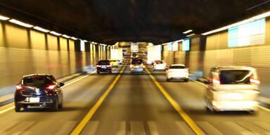 Auto prallte in Tirol mehrfach gegen die Wand eines Tunnels