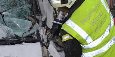 LKW-Fahrer bei Unfall eingeklemmt