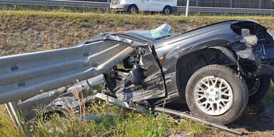 Jeep von Leitschiene aufgespießt: Lenker überlebt Horror-Crash