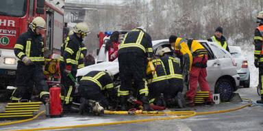 Zahlreiche Unfälle auf Österreichs Straßen