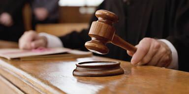 Mit Corona infizierte 19-Jährige besuchte Partnerin - Verurteilt