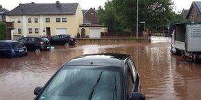 Starkregen: Straßen und Keller überflutet
