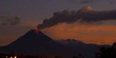 Der Vulkan Tungurahua legt eine Aschewolke über Banos (Ecuador)