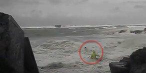 Monster-Welle reißt Spaziergänger ins Meer