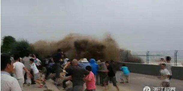 9 Meter Mega-Welle reißt Menschen in Fluss