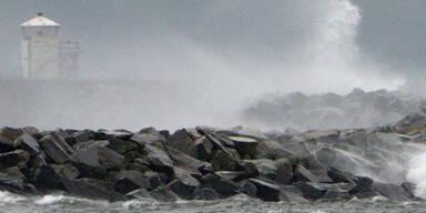 Aufgewühlte See wirft meterhohe Wellen