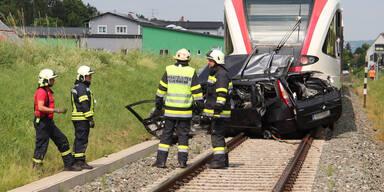 Horror-Unfall: Zug schleift Pkw 100 Meter mit – Lenkerin tot