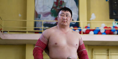 Ein traditioneller mongolischer Wrestler beim Training