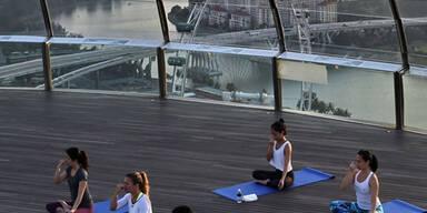 Yoga-Stunde über den Dächern Singapurs