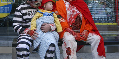 New York: Verkleidet warten Vater und Sohn auf den Bus, der sie zur Zombie-Parade bringt